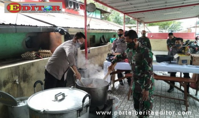 Personel Polres Bukittinggi dan Prajurit TNI Kodim Agam bekerja sama menyiapkan makanan untuk masyarakat di dapur umum.