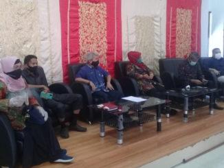 Pimpinan bersama Anggota Komisi I DPRD Kota Padang tengah mendengar paparan dari Tim Kecamatan Nanggalo terkait Covid-19.