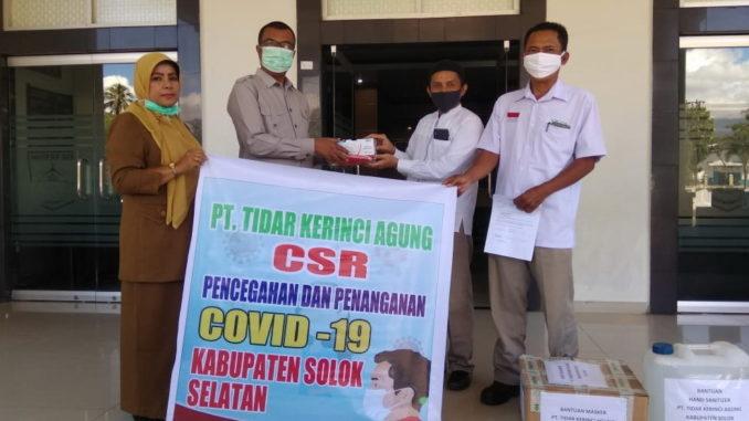 Plt Bupati Solok Selatan Abdul Rahman terima 2 ton beras, ribuan maskes dan sanitizer dari Asril Humas PT TKA.