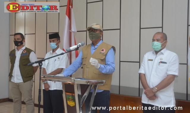 Plt Bupati Solsel Abdul Rahman memberikan keterangan pers terkait terinfeksinya 3 warga solsel positif Covid-19.