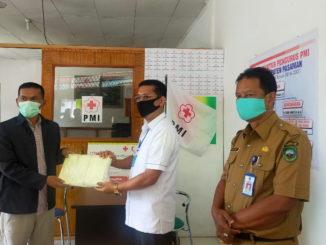 Pnyerahan bantuan maske dari SMK 1 Lubuk Sikaping ke PMI Pasaman.