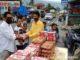 Roni Ismaji saat membagikan nasi kotak.