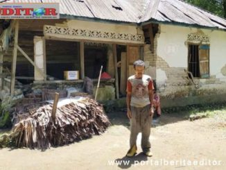 Syamsuardi di depan rumahnya.
