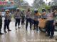 TNI - POLRI walau diguyur hujan tetap semangat saat pembagian bansos.