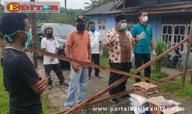 Wabup Padang Pariaman saat mengunjugi warganya yang diisolasi.