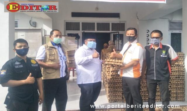 Wabup Suhatri Bur saat menerima bantuan telur.