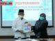 Wabup Zuldafri Darma saat menerima naskah WTP dari Ketua BPK RI Perwakilan Sumbar.