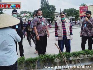 Wagub bersana rombongan meninjau kawasan pendestrian Jam Gadang.