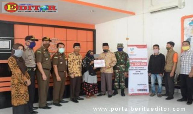 Wakil Bupati Zuldafri Darma menyerahkan Bantuan Sosial Tunai di Kantor Pos Batusangkar.