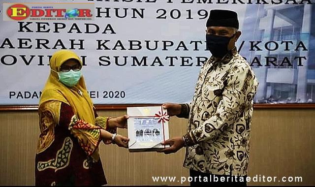 Wako Mahyeldi Ansharullah saat menerima Penghargaan Opini WTP dari BPK Perwakilan Sumbar.
