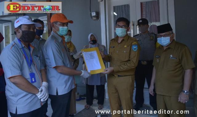 Walikota Dan Wakil Walikota saat menyerahkan bantuan BLT Provinsi secara simbolis.