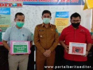Walikota Sawahlunto Deri Asta foto bersama setelah menerima bantuan.