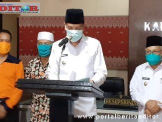 Walikota Sawahlunto Deri Asta ketika memberikan keterangan dalm konfrensi pers.