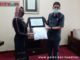 Walikota Sawahlunto Deri Asta ketika menerima bantuan APD dari Mandalay Group Jakarta.