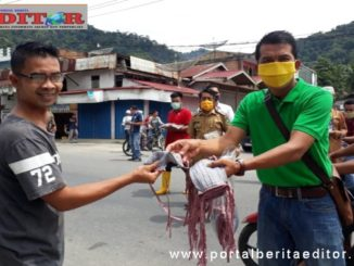 Wartawan bagi kan masker ke masyarakat.