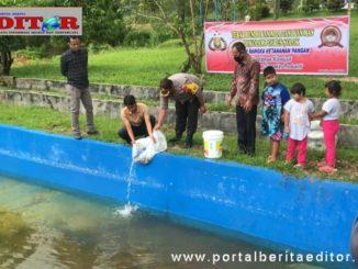 AKBP Azhar Nugroho saat menebar benih ikan.