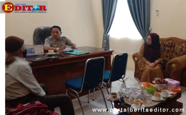 Adri Yusman didampingi Kabag Hunas Kota Swahlunto Rita Anrita saat diwawancarai Editor.-