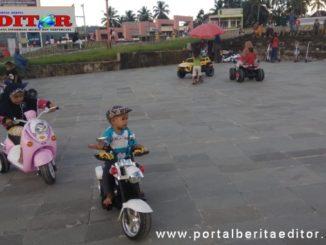 Anak-anak kembali bermain di Taman Kota Padang Aro memasuki waktu new normal di Solsel.