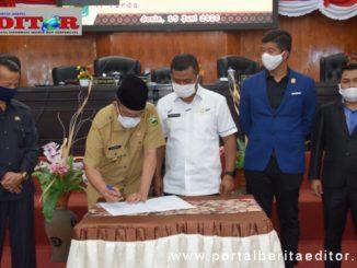 Bupati Gusmal menandatangani berita acara rapat paripurna DPRD Kab.