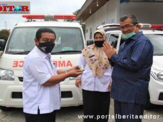 Bupati Gusmal menyerahkan ambulan untuk nagari.