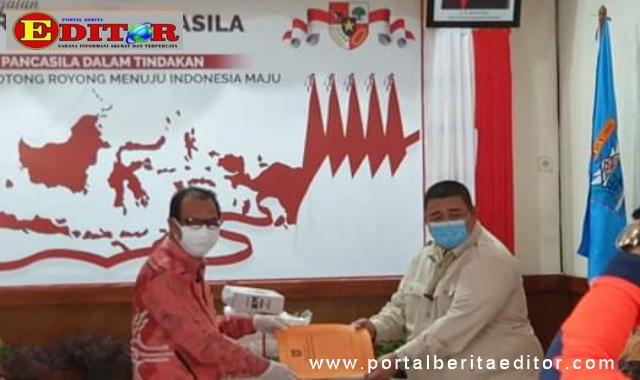 Bupati Mentawai Yudas Sabbagalet saat menerima bantuan APD dari Ketua Komisi IV DPRD Sumbar, Mukhlis Yusuf Abit.