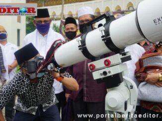 Gubernur Irwan Prayitno menyaksikan gerhana matahari bersama masyarakat di Mesjid Raya Sumbar.