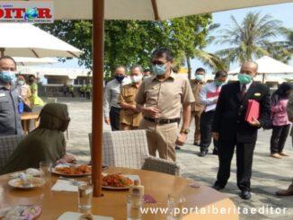 Gubernur Irwan Prayitno saat meninjau tes Swab pengelola hotel di Padang.