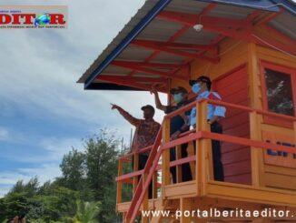 Gubernur dan Wako Pariaman di salah satu fasiitas wisata di Pantai Gandriah.