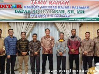 Kajari Pasaman Adhryansah (tengah) foto bersama dengan kepala OPD.