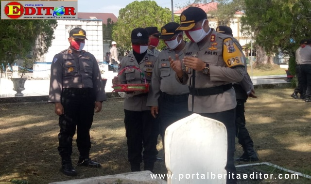 Kapolres Paraiaman saat tabur bunga di makam pahlawan.