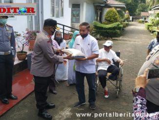 Kapolres Padang Pariaman saat menyerahkan bantuan.