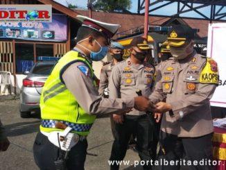 Kapolres Solok Kota menyerahkan splemen kepada anggotanya.