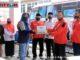 Ketua PMI Kota Solok saat menerima bantuan APD.