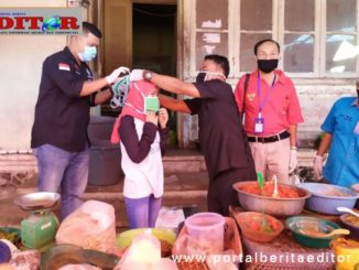 Para jurnalis Pasaman saat membagikan masker gratis.