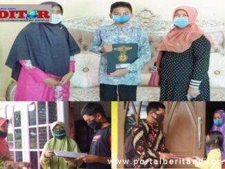 Pembagian rapor ke rumah oleh guru di Kota Pariaman.