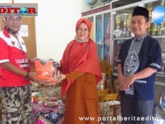Penyerahan bantuan oleh kepala desa Bato.