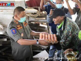 Penyerahan bantuan paket sembako secara simbolis oleh Wako Bukittinggi.