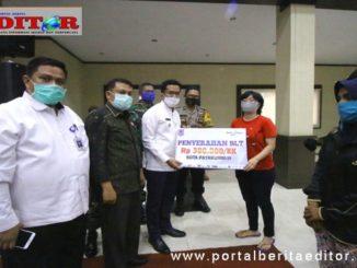Penyerahan bantuan sosial dari APBD Payakumbuh untuk warga yg terdampak ekonomi akibat pandemi Cobid-19.