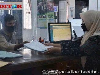 Petugas Disdukcapil Kota Padang Panjang memberi pelayanan lansung terhadap warga yang mengurus dokumen kependudukan.