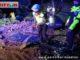 Petugas sedang membersihkan material longsor.