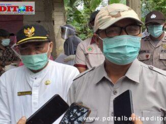 Plt Bupati Solsel Abdul Rahman didamping Jubir covid 19 Novirman memberikan keterangan pers.