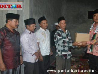 Plt Bupati Solsel Abdul Rahman saat menyerahkan bantuan.