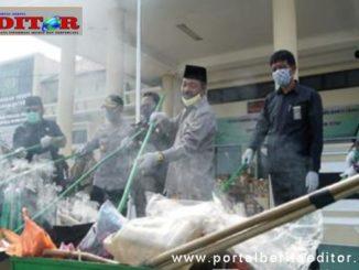Wakil Bupati Zuldafri Darma bersama Ketua DPRD dan Forkopinda membakar Barang Bukti.