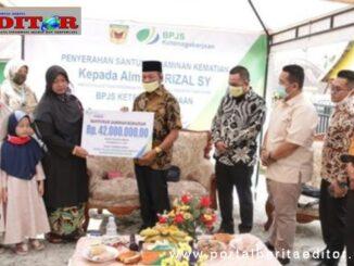 Wakil Bupati Zuldafri Darma menyerahkan Santunan dari BPJS Ketenagakerjaan kepada Istri Almarhum Yusrizal.