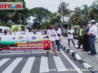 Wako Bukittinggi Ramlan Nurmatias melepas insan Pariwisata melakukan orasi keliling kota.
