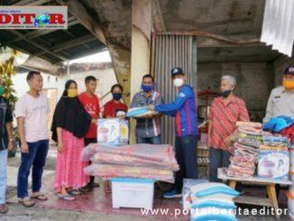 Wako Genius Umar saat memberikan bantuan kepada korban kebakaran rumah.