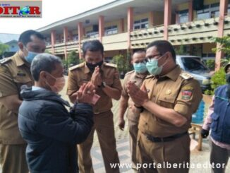 Wako Ramlan Naurmatis bersama warga penerima BLT.