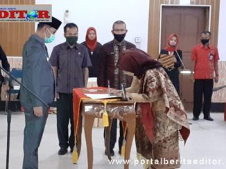 Walikota Sawahlunto Deri Asta SH menyaksikan Dr.Hj. Ambun Kadri. MKM menandatangani berita acara pelantikan.