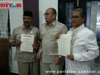 Andre Rosiade bersama Ketua dan Sekeretaris DPC Partai Gerindra Kota Solok, usai penyerahan SK di RM Salero Kampuang..
