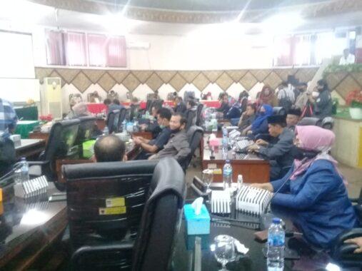 Anggota DPRD Kota Padang mendengar pandangan masing masing fraksi.